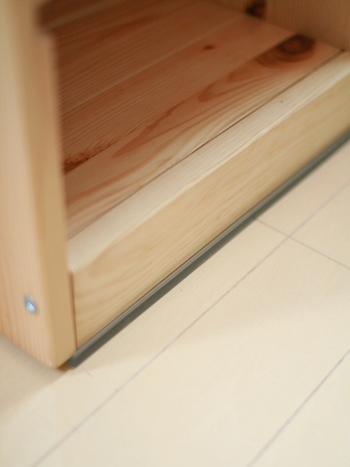 おうちでの防災対策も、この機会に見直してみてください。 こちらはものがぐらつきにくい、テープ式の転倒防止グッズ。 ねじで固定するなどの作業が必要ないので、初心者さんでも簡単に設置できます。 棚や収納棚など、滑るとやっかいな家具に使用するのがおすすめ。