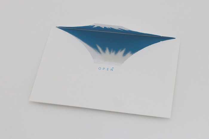 海外の友人に贈りたい、富士山をモチーフした封筒。封を開けると見事な富士山が浮かび上がります。さらに、添付のポストカードの裏のミラー面に富士山が反射して「逆さ富士」が映りますよ♪思わぬサプライズが楽しめる封筒はきっと喜ばれますね。