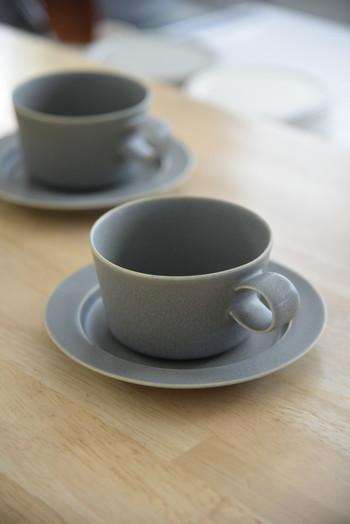 """こちらもブランドを代表する人気シリーズ、「unjour(アンジュール)」のカップ&ソーサーです。フランス語で""""一日""""を意味するunjourシリーズの食器には、""""それぞれのサイズの違いから一日のシーンが想像できるように""""という思いが込められています。"""