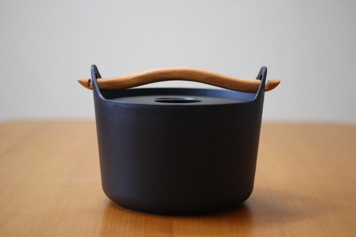 はじめにご紹介するのは、北欧を代表するデザイナー、Timo sarpaneva(ティモ・サルパネヴァ)がデザインした鋳鉄製の鍋「サルパネヴァ キャセロール」です。1960年代に販売されていたオリジナルの復刻版として、現在は北欧のテーブルメーカー「iittala(イッタラ)」社よりブラックのみ販売されています。映画『かもめ食堂』に登場したことで注目を集め、日本でも一躍有名になりました。