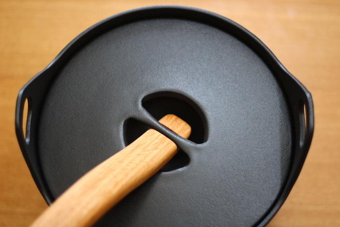 サルパネヴァ キャセロールの魅力はなんといっても、ナチュラルな木のハンドルを組み合わせた美しいデザインです。木製ハンドルは取り外し可能なので、写真のように引っかけて蓋を開けることができます。鍋の内側は琺瑯加工されており、熱伝導率と保温性に優れているのも特徴です。