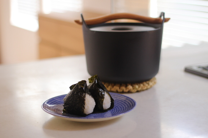 鋳鉄製の鍋は一般的なものに比べて重たいですが、熱回りが均一で安定しているため、食材の旨みをしっかり引き出してくれます。カレーやシチューなどの煮込み料理はもちろん、お米も美味しく炊けますよ♪フィンランドデザインの三大巨匠の一人、ティモ・サルパネヴァの傑作と称される「サルパネヴァ キャセロール」は、母から娘へと世代を超えて受け継ぐことのできる名品です。
