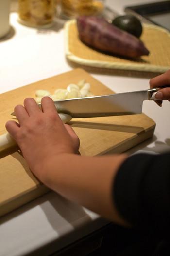 """高度な職人技術により一本一本丁寧につくられるタダフサの包丁は、日本のみならず海外でも注目を集めています。展開している包丁の種類は、家庭でまず揃えたい""""基本の3本(パン切り・三徳・ペティ)""""と、料理の腕があがったら揃えていきたい""""次の1本(牛刀など4種類)""""という合計7本シリーズ。とにかく種類が豊富でどれを選べばいいか迷ってしまう包丁を、とてもシンプルに分かりやすく提案しています。"""