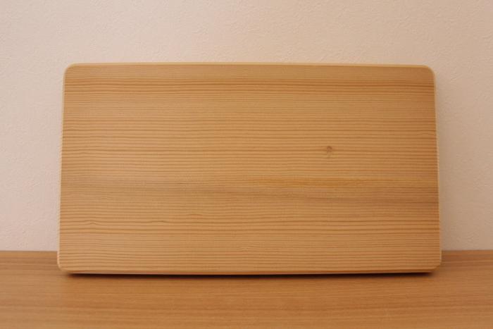 """包丁のハンドルと同じ""""抗菌炭化木""""を使用したまな板も、多くのブロガーさんの間で非常に人気の高いキッチンアイテムです。タダフサの特許である抗菌炭化木は、耐水性・抗菌性に優れており、廃棄後も環境汚染の心配がない地球にやさしい木材です。"""