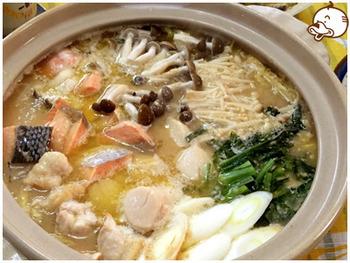 生鮭、ホタテ、味噌、バター、昆布など、北海道の美味が集結した「石狩鍋」。地元では、鮭の頭も入れるとか。いいだしが出るので、手に入ったらぜひ入れましょう。シメは、ラーメンなども北海道らしくていいですね。寒い日にぴったりのほっかほか鍋です。