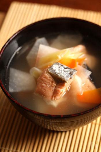 「三平汁」の発祥は、渡島(おしま)半島・松前地方。ニシン漁がさかんだったころ、ぬか漬けのニシンを塩味の汁ものにしたのが始まりだとか。いまでは、一般的に塩鮭を使うことが多いようです。三平皿と呼ばれる深皿に盛ることから、この名がつきました。