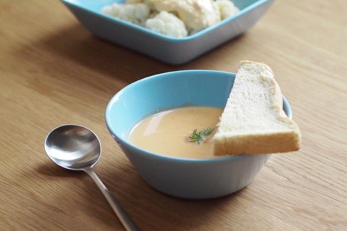 深さのあるスープボウルは、あったかスープをたっぷり堪能できます♪ やさしいライトブルーのこちらはイッタラ・ティーマの15cmのボウル。スープ以外にも使い勝手がいいアイテムです。