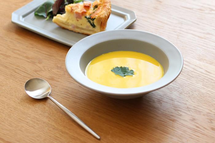 「SAKUZAN(サクザン)」のスープボウルは、リムの感じが一見スーププレートのように見えますが、底がまあるく深くなっています。ころんとしたかわいらしさと、和にも洋にも合わせやすいスタイリッシュさが魅力。