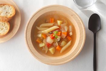 美しい木製のスープボウルは、福岡県糸島市の「DOUBLE=DOUBLE FURNITURE(ダブルダブルファニチャー)」のもの。野菜たっぷりのスープがよく似合います♪