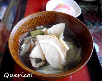 「せんべい汁」は、鍋専用の南部せんべいを使った青森県八戸市周辺の郷土料理。汁物・鍋物、どちらにもなります。鶏や豚などのだしに、ごぼうやきのこの風味がきいた鍋で、おもに醤油味。だしを含んだせんべいはうまみたっぷりで、しかもふやけることなく、しっかりした歯ごたえが楽しめます♪