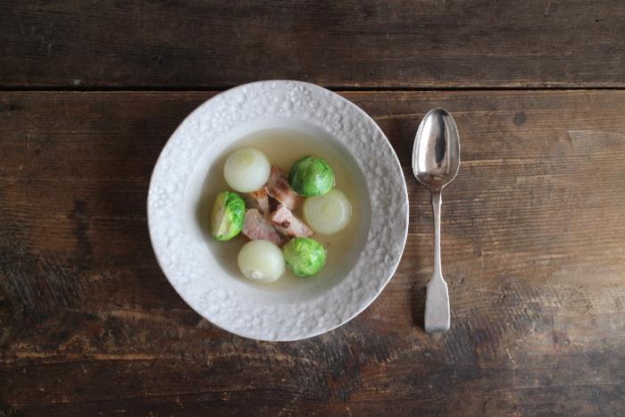 底が浅いタイプのスーププレートは、スープだけでなく、具が大きめのポトフなどにも使いやすいタイプです。 on the tableの「花畑のスープ皿」は、リム部分の大小混ざりあった花柄が繊細な、可憐なデザイン。