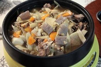 山形といえば、芋煮会で有名ですね。「芋煮鍋」のルーツは、元禄時代。最上川舟運の終点で、船頭が荷が引き取られるまでの退屈しのぎに作ったのが始まりとか。昭和に入ってからは、牛肉を入れるのが定番。もちろん、主役は地元名産のほくほくの里芋です。