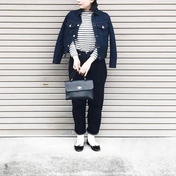 ボーダー×デニムのカジュアルスタイルも、黒パンプスを合わせた白ソックスコーデなら上品な雰囲気に。きっちりめのバッグを合わせるのも◎
