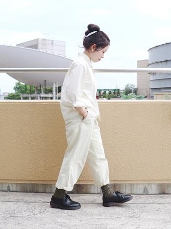 オールホワイトのコーデに、秋冬ならではのほっこりした足元がかわいい。シンプルながらもセンスが光ります。