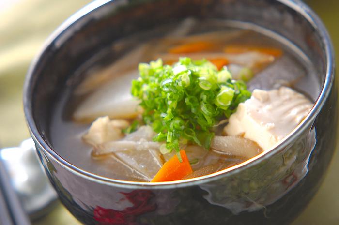 鎌倉に伝わる「建長汁」は、けんちん汁のもとになったといわれるすまし汁。建長寺の修行僧が作る汁がなまって、けんちん汁になったともいわれます。精進料理のため、植物性の材料しか使っておらず、大根・にんじん・ごぼう・里芋などをごま油で炒めてから煮込んでいます。