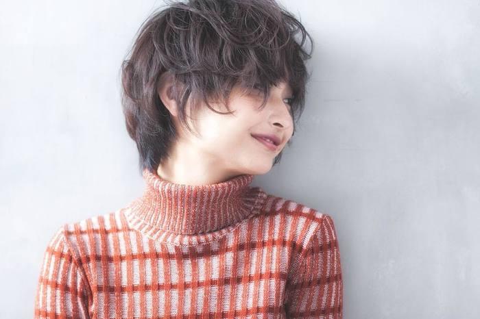 タートルネックとショートヘアの相性は抜群。バランス良く決まるので、レトロな可愛らしさが引き立ちます。大きめのカールで、外国人の子供のような柔らかな質感を。