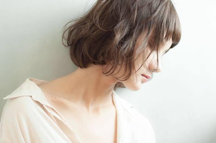くせ毛のようにゆるやかなカールは、自然体の女性らしさが。毛先を軽くしてあげることで、デコルテラインに視線が集中。ナチュラルな動きの感じられるヘアスタイルに。