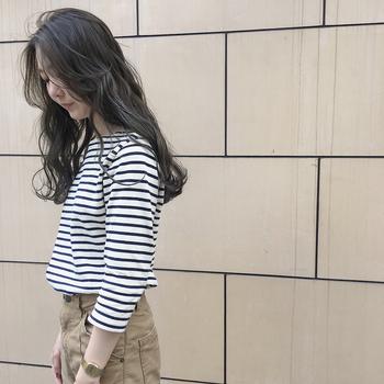 Vネックの首元にふんわりとしたカールヘアを下ろしてあげることで、女性らしいラインに。ちらりと見える首元からは、ナチュラルなセクシーさが。