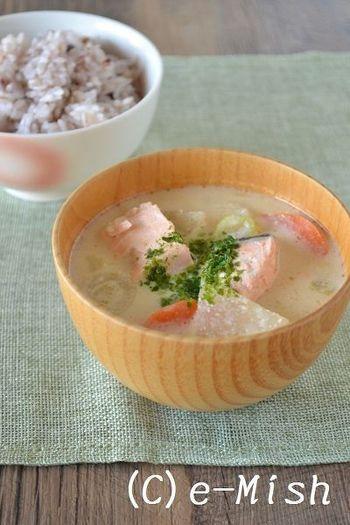 粕汁の起源は定かではありませんが、おもに兵庫や大阪など酒蔵の多い関西地方で一般的に親しまれてきた汁物です。だしに、酒粕とともに味噌や醤油で味つけした汁で、具は鮭やブリ、豚肉、大根やにんじんなどの根菜類etc…。酒粕は栄養豊富で体を温めるので、寒い季節におすすめ!