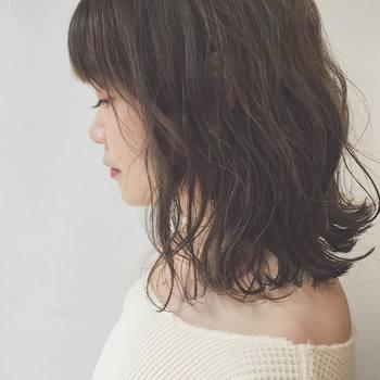 肩より少し上の長さにすることで、デコルテラインがより美しく。少しプラスされた濡れ感が、女性らしさをぐっと高めてくれます。