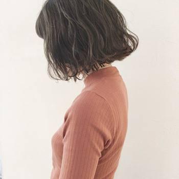 今年のカールヘアのトレンドは、外国人のような少し大きめのふんわりカール。毛先を外巻きに跳ねさせて、くせ毛のようにナチュラルで軽やかなイメージに。