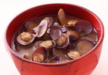 """しじみで有名な島根県の宍道湖。海水と淡水の混ざった""""汽水湖""""で育ったしじみは、ふっくら柔らかくて身が大きいのが特徴。宍道湖産でなくても、大ぶりなしじみを見つけたら、ぜひ。ちなみに貝は水から煮るのがコツだそうです。もちろん、砂抜きはしっかりと。"""