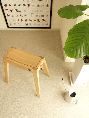 """シンプルで機能的なアイテムを提案するオンラインストア「sarasa design store (サラサデザインストア)」。キッチンツール・テーブルウェア・生活雑貨など、日常生活をおしゃれに演出する魅力的なアイテムを数多く取り揃えています。そんなsarasa design storeを代表する商品の一つが、モダンで洗練されたアイテムを展開する""""b2c""""シリーズです。こちらの「b2c stucking stool (スタッキングスツール)」は、スマートなシルエットとスタイリッシュなデザインが特徴です。"""