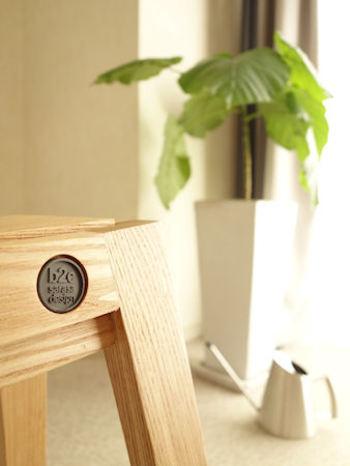 座りやすくデザインされた座面や、脚部フレームと座面の接合ディテールなど、細部にまでこだわりぬいたデザイン性の高さも特徴です。木種はアッシュ・オーク・ウォールナットの3種類を展開。天然木を使用したおしゃれなスツールは、大事に手入れをしながら、いつまでも長く愛用できる逸品です。