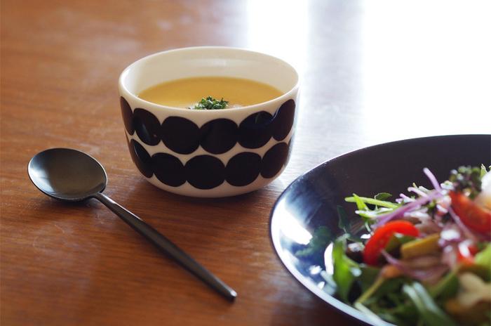 黒いドット柄がスタイリッシュなこちらはマリメッコのラシィマット、ブラックのもの。250mlのボウルなので、一人分のスープの量にぴったり。