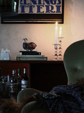 透明のガラス玉が連なってできたキャンドルスタンド。どっしりとしているのに上品で、とても存在感がありますね。火を灯していなくても、お部屋のインテリアとして一役買いそうです。