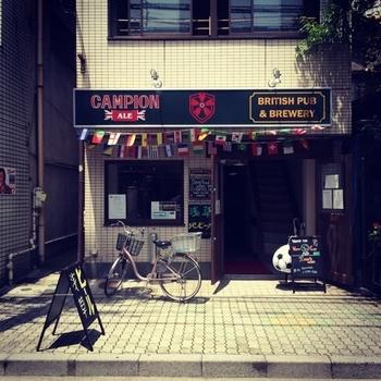 看板を見ればわかるようにイギリス人オーナーによる英国風のパブでありブリュワリーであるこちらのお店。浅草とかっぱ橋の間に位置しており、浅草駅からは徒歩約8分ほど、田原町駅からは徒歩約3分ほどです。