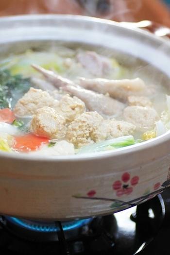 """「水炊き」は、博多の周辺で古くから親しまれてきた鍋料理。鶏の肉や骨からじっくりうまみを引き出すために、水から煮たことから""""水炊き""""の名がついたようです。博多の水炊きは、白菜よりもキャベツを使うことが多く、鶏だしのスープを堪能しながら、つけだれも楽しむ鍋です。"""