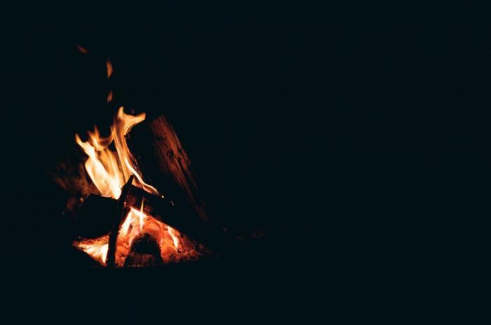 昔の日本では各家庭に囲炉裏があり、照明としても調理場としても暖を取るためとしても使われていました。ですが、今の住宅事情では囲炉裏を持つことは難しいですよね。それはデンマークの暖炉にも、同じことが言えそうです。