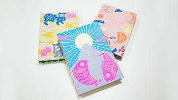 御朱印巡りにかかせない御朱印帳『GOSHUINノート』。元気がむくむく湧いてきそうな明るいデザイン。金糸とポップな色糸を使用した織物の表紙がポイントです。御朱印帳として使っても、スクラップブックなど自分好みの使い方が出来ますよ。