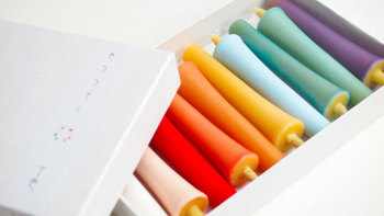 きれいな10色が揃った色ろうそく『糠ろうそく十色』。とてもきれいで使うのがもったいないですが、灯りをともすと色が照らされてとてもきれいなんです。