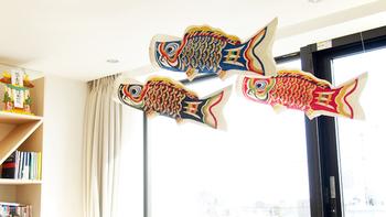 越中八尾の桂樹舎謹製の和紙の鯉のぼり『生き活き鯉のぼり3色セット』。きらびやかで鮮やかな3色の鯉のぼりを、お部屋の中に飾れます。