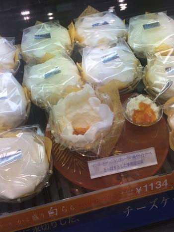 すぐに食べてもらえそうなら、かご盛りのチーズケーキ「白らら」もおすすめです。水切りしたフレッシュなチーズが、ふわふわの食感を生み出す、優しい味わいのチーズケーキ。わざわざこれを買いに来るファンも多いのだとか。季節限定のソースが入ったものも特別感があって人気です。