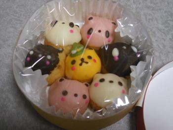 さらにキュートなのが、チョコレートコーティングしたドーナツに動物の顔が描かれた、その名も「恋するクマゴロン」。コロコロと丸いクマたちは、みんな顔が違ってて個性的です。食べるのがもったいなくなるほどの可愛さ♪
