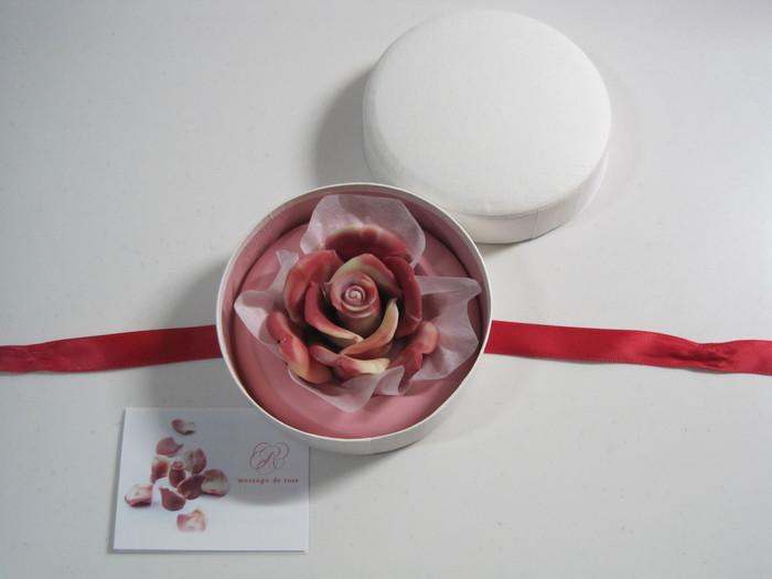 大人の女性に贈りたいのが、バラのチョコレート専門店であるメサージュ・ド・ローズのバラのチョコレート。パッケージを開けた瞬間のサプライズ感が、贈った相手を笑顔にしてくれるはず。花びらはローズ味のチョコレート。1枚食べるたびに幸せな気持ちになりそう♪