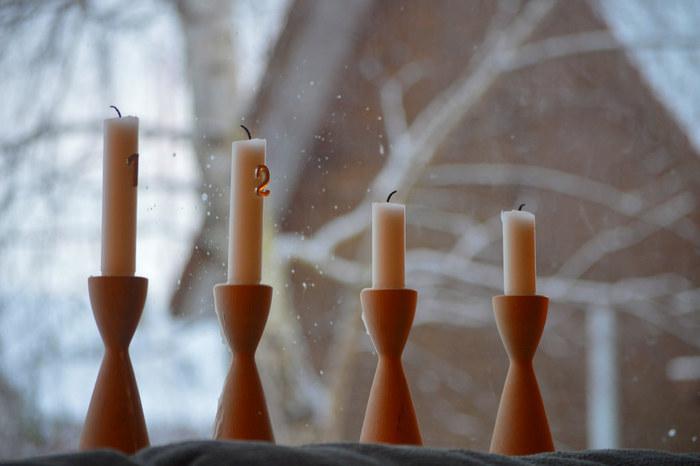 北欧やヨーロッパでは、クリスマス直前の日曜日までの1ヶ月間、毎週1本ずつキャンドルを灯し4本灯したらクリスマスを迎えるという風習があるそうです。ベットサイドに置かれたキャンドルを、1本ずつ眺める時間も素敵ですよね。