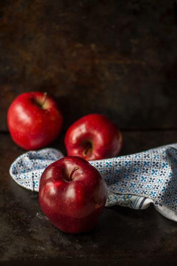 秋からが旬のりんごですが、一年を通して手に入れやすく、日本では最もポピュラーなフルーツのひとつではないでしょうか。りんごの皮には、ポリフェノールなどの捨てるにはもったいない栄養素もたくさん。りんごを皮までいただくアイデアをご紹介します。
