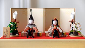 伝統工芸・江戸木目込人形の手のひらサイズの小さな雛人形『とのとひめ』。ふくよかで整ったお顔で、落ち着いた品のある色合いが可愛らしく、長く大切に飾れます。