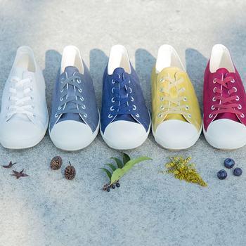 その日の気分に合わせて履きたくなるカラフルなシューズたち。ついついベーシックカラー靴を選びがちですが、たまにはちょっと冒険してみませんか?