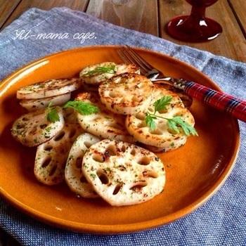 れんこんさえあれば、味付けは塩こしょうと青のりだけでOK!れんこんをシンプルに楽しめるレシピです。ぜひ旬の秋~冬に造りたい和風おつまみですね。