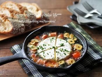 スキレットで作るカマンベールのアヒージョ。にんにくの香り良いオイルに、程よくとろけるチーズは、是非バケットにのせて。オシャレなので、パーティーでも活躍してくれますよ♪