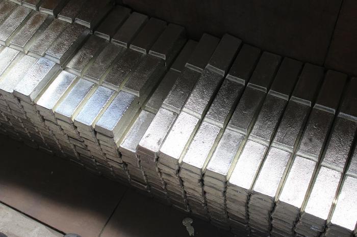 約1300年前に海外から日本に伝わったと言われている錫(スズ)。単体で天然で産出されることはほとんどなく、錫石などに含まれています。その錫石を焼いて揮発させたり、電気分解したりして不純物を取り除いて精製し、錫として様々な製品に加工して使用されています。