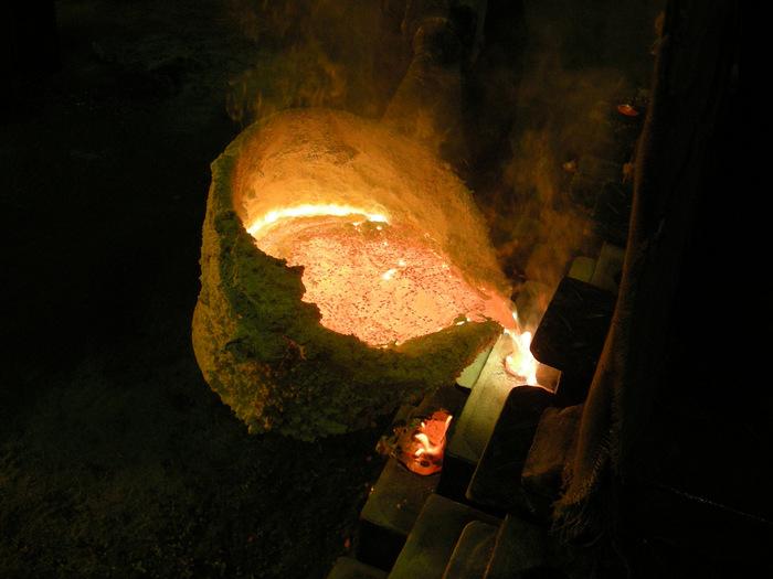 1611年、加賀藩主の前田利長が鋳造師を高岡に呼び寄せたことから始まったという、富山県高岡市の伝統工芸品「高岡銅器」。