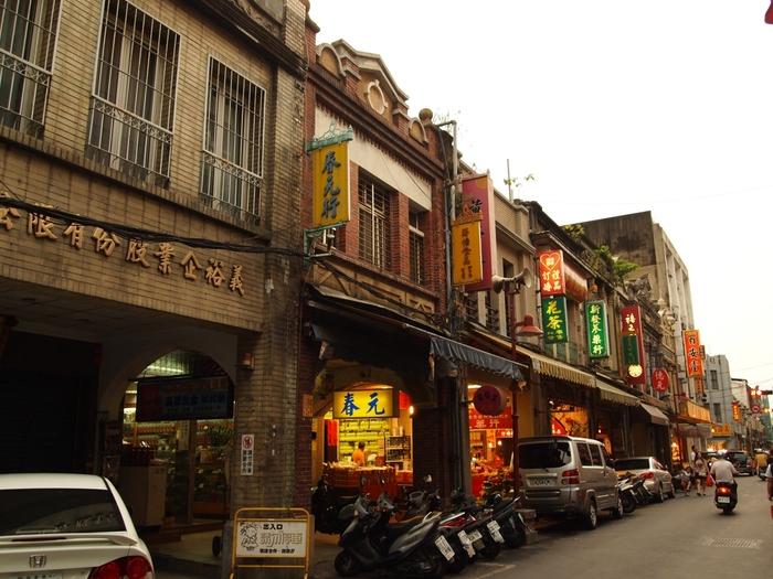 台北(タイペイ)にある『迪化街(ディフアジエ)』は台湾全土から乾物、高級食材、漢方薬、布が集まる台湾一の問屋街です。ここに来ると安くドライフルーツやお菓子が買えるので、地元の人にも人気です。年末年始にはお正月の買い物で大勢の人で賑わいます。