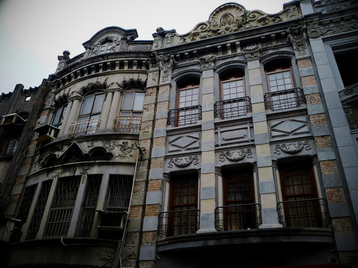 建物の2階から3階部分を見てみると、レトロな様子に思わず写真を撮りたくなりますね。