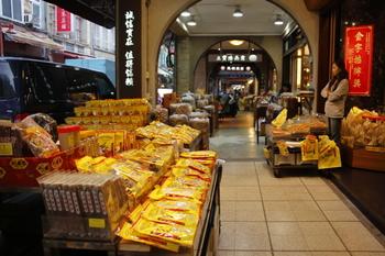 建物の主に1階部分は商店になっていて、ドライフルーツやお茶、飴などが店先に並べられています。試食もできるのでお土産探しもおすすめです。